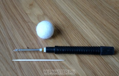 как проделать дырку для шнура в валяном шарике